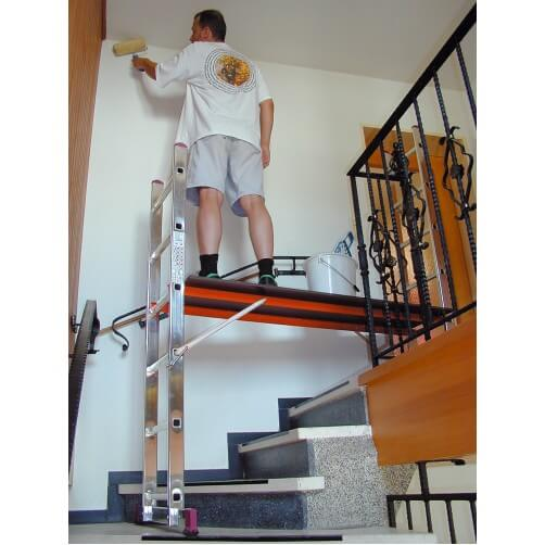 Скеле от алуминий сглобено на стълбище