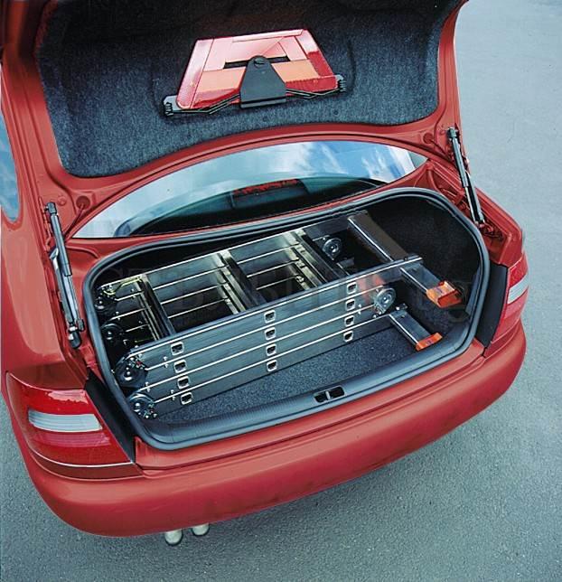 Сгъваема стълба от алуминий сгъната в багажник KRAUSE