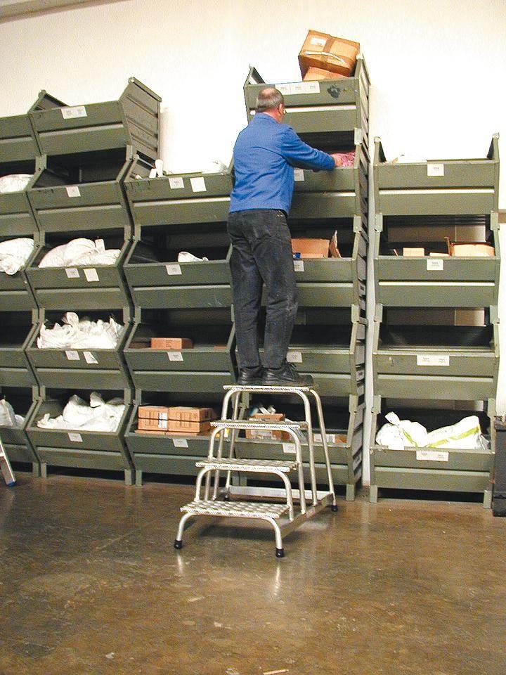 Степенка с четири рифеловани стъпала в склад Krause