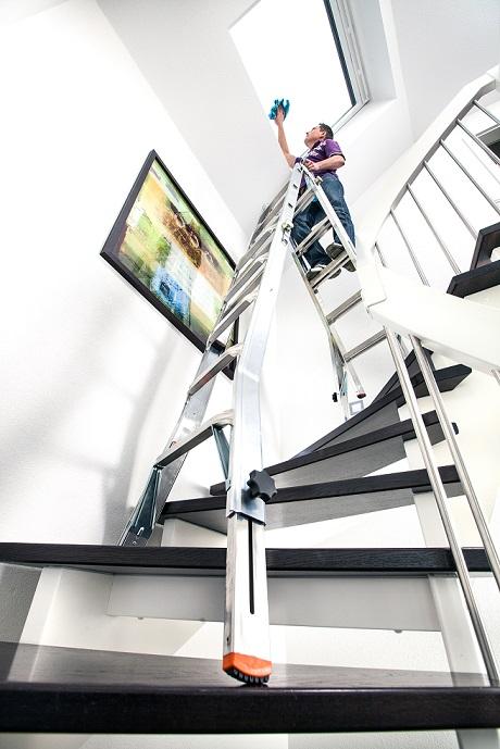 Телескопична стълба Krause от алуминий на стълбище