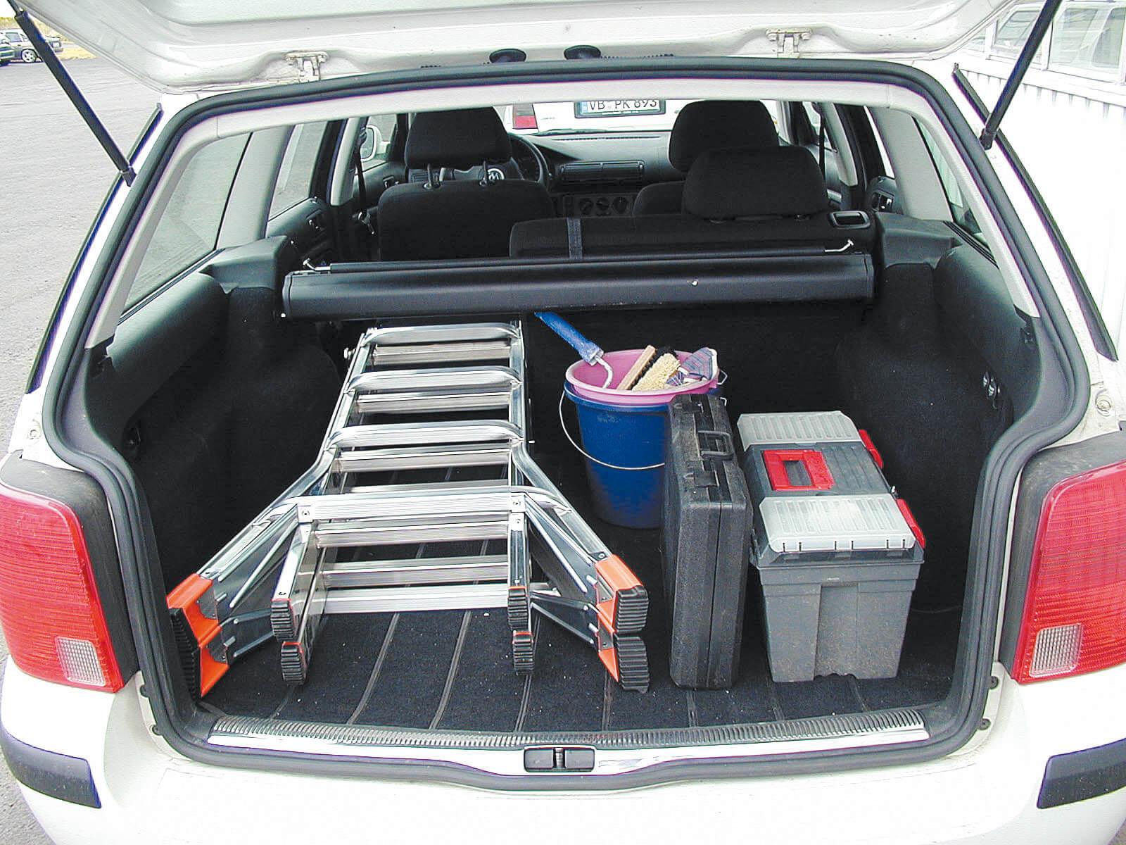 Телескопична стълба Krause сгъната в багажник